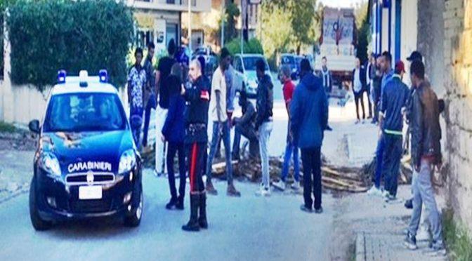La guerriglia degli immigrati: barricate in strada, polizia aggredita e hotel incendiato – VIDEO