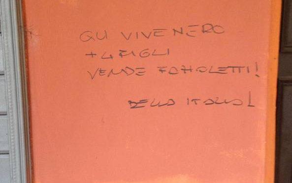 Bologna, la scritta sulla casa di lusso: «Qui vive un nero» mentre italiani dormono in auto, cancellata per razzismo