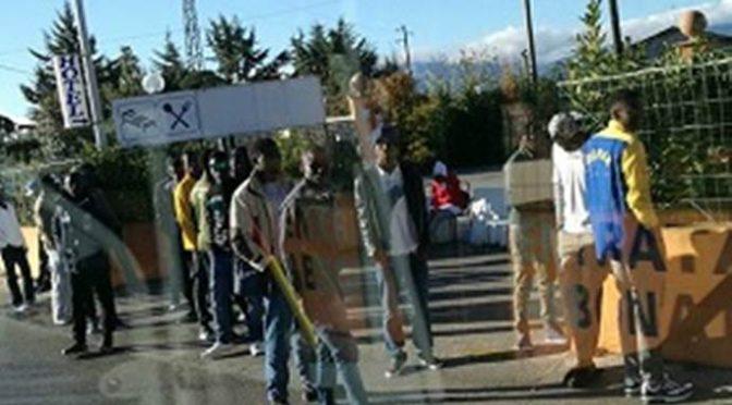 """Profughi in marcia: """"Siamo stufi del cibo scadente"""""""