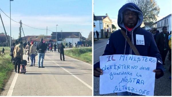 """Profughi si lamentano del freddo e occupano piazza: """"Italia no buono"""" – FOTO"""