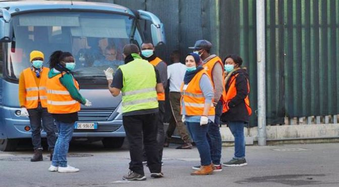 """Conetta, profughi ancora insoddisfatti: """"Non ci siamo proprio"""", arrivano i bus"""
