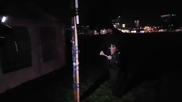 Patrioti erigono croce in cantiere futura moschea, cospargono area con sangue di maiale – VIDEO
