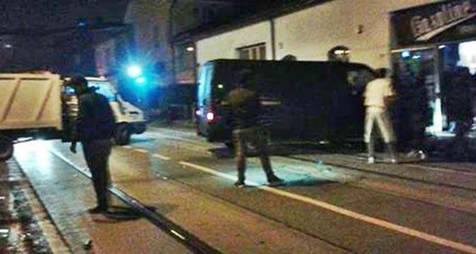 Terrore a Padova: Zingari sfondano la vetrata con un furgone – VIDEO
