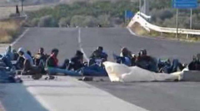 Profughi fuori controllo: bloccano strada, erigono barricate con stufe e frigoriferi