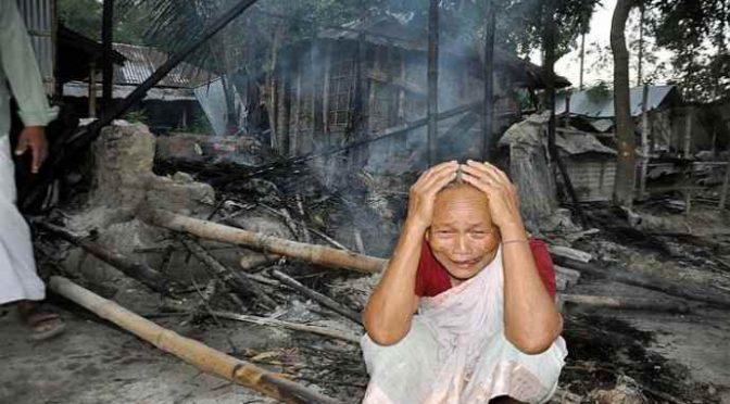 Folla di 20mila musulmani assalta villaggio e lo distrugge per un post su Maometto