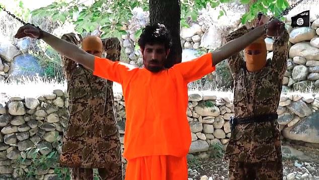 Islamici giustiziano prigioniero, bambino lo decapita – VIDEO CHOC