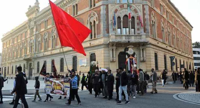 Islamici marciano su Legnano per l'Imam – VIDEO