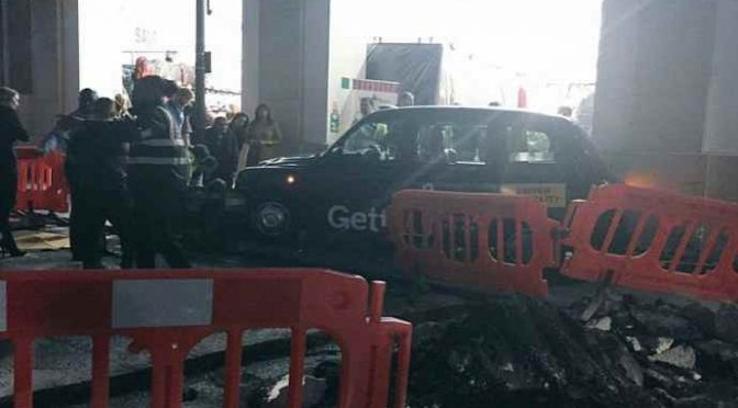 LONDRA, TAXI SULLA FOLLA: FERITI – VIDEO