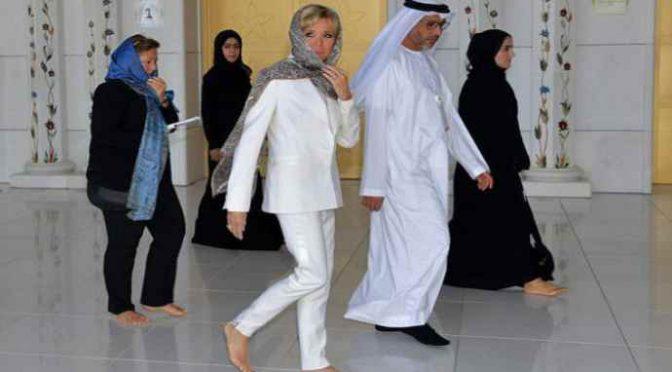 La nonna di Macron visita velata la moschea – FOTO
