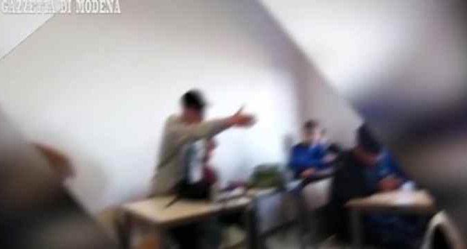 Mirandola, ecco cosa è successo dopo il cestino lanciato in testa alla prof – VIDEO