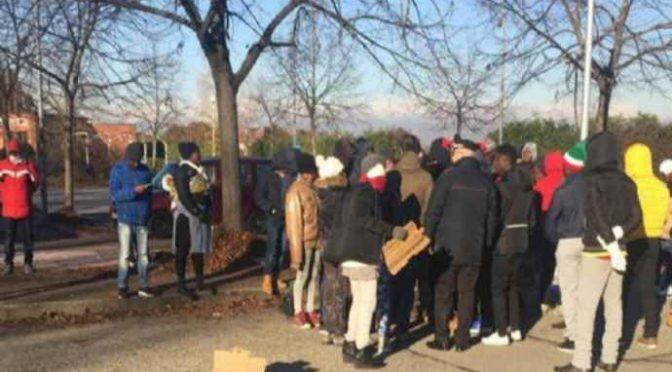 Profughi occupano strada a Moncalieri: «Esigiamo i documenti»