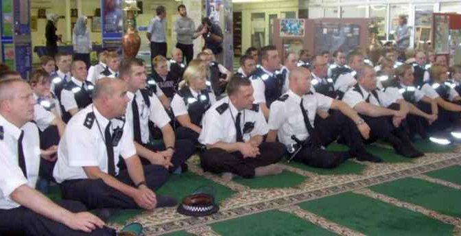 Poliziotti inglesi a scuola di Islam in moschea – FOTO