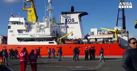 Presi in giro: i 421 clandestini cantano durante sbarco – VIDEO