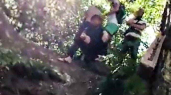 """Profughi circondano ragazza: """"Copriti o ti stupriamo"""" – VIDEO"""