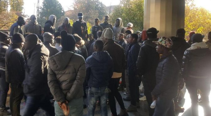 Novara, profughi assediano la Prefettura: tentano irruzione  – VIDEO