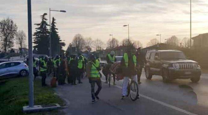 """Africani di nuovo in marcia, fallita trattativa con prefetto: """"Italia no buono"""""""