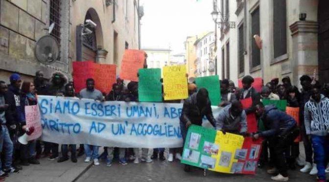 """Profughi in protesta ricevuti dal Prefetto: """"Abbiamo diritto alla casa"""""""