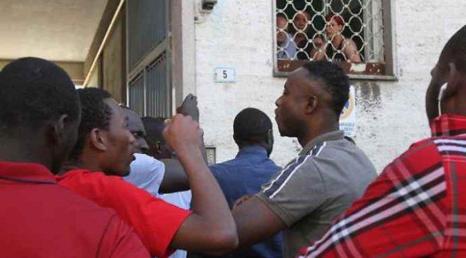 Profughi assaltano uscita scuola armati d roncole: denunciati italiani che si difendono