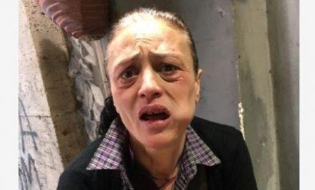 """Senzatetto italiana picchiata da gang chiede aiuto """"portatemi via di qui"""""""