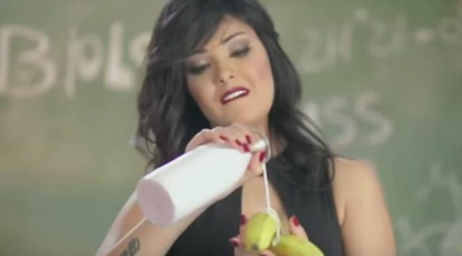 Cantante Shyma arrestata da polizia islamica per colpa della banana – VIDEO
