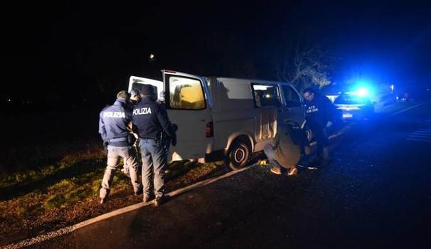 Sequestrato e picchiato da banda immigrati: caricato su furgone
