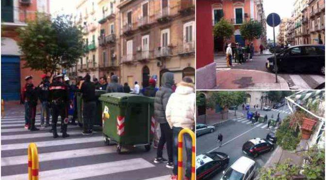 Taranto, profughi insoddisfatti chiudono strada con cassonetti – FOTO