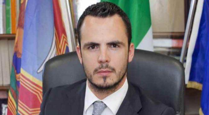 """Sindaco aiuta italiani, minacciato da immigrati: """"Se non cambi, gravi conseguenze"""""""