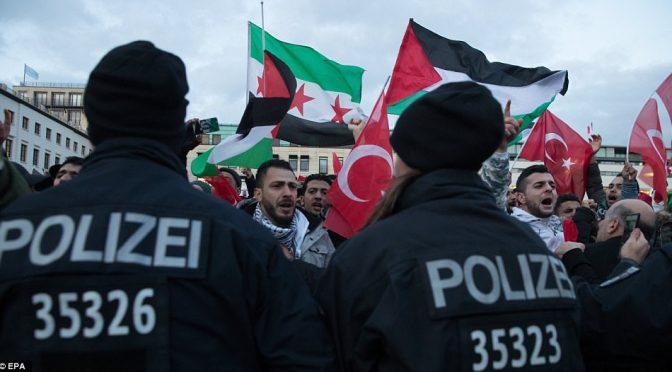 "Gerusalemme, Islamici manifestano in tutta Europa: ""Allahu Akbar, uccidiamo gli Ebrei"" – VIDEO"
