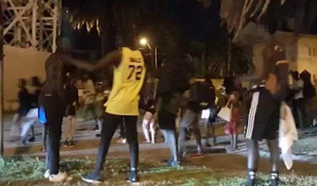 Melbourne: 200 Africani assaltano locali lungo la spiaggia, picchia e rapina turisti – VIDEO