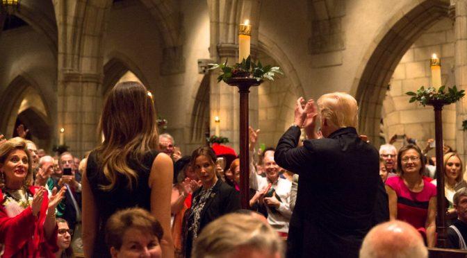 Un Cristiano alla Casa Bianca, ovazione per Trump a Messa di Natale – VIDEO