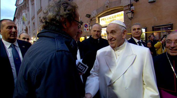 Bergoglio tra la folla ringrazia giornalista Rai per servizio filo-islamico – VIDEO