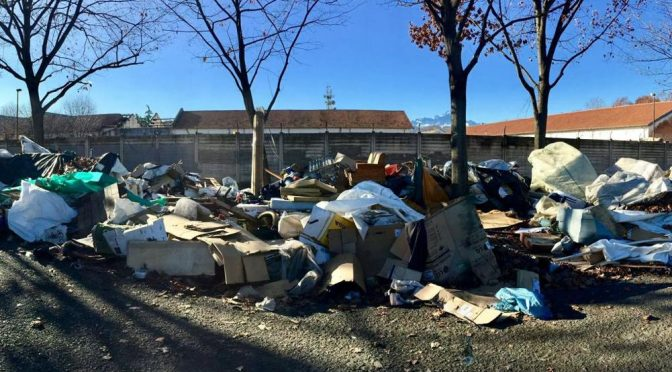La favelas di Cuneo: Africani lasciano quintali di spazzatura – VIDEO