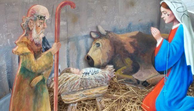 Soliti 'ignoti' vandalizzano Presepe: frasi anti-cristiane