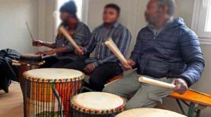 I bonghi dei profughi sostituiscono le canzoni di Natale
