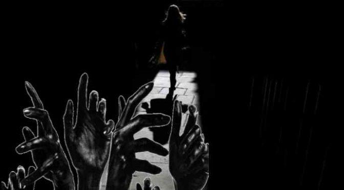 Fidanzato l'abbandona in strada dopo lite: ragazza circondata e violentata da migranti