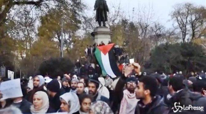 Milano, la statua a Cavour diventa un minareto: Imam chiama alla preghiera – VIDEO