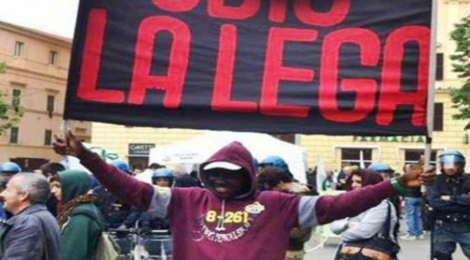 """Immigrati in corteo: """"Stop Salvini"""", ruspa in arrivo"""