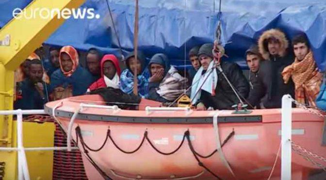 Nave spagnola scarica 356 clandestini a Pozzallo