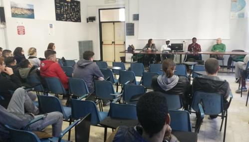 Imperia, studenti costretti ad assistere lezione dei profughi