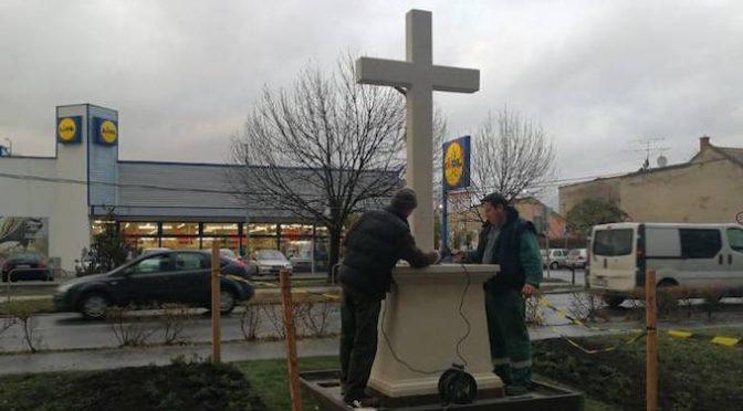 """Patrioti erigono croce di fronte alla Lidl: """"Contro chi censura Crocifisso"""""""
