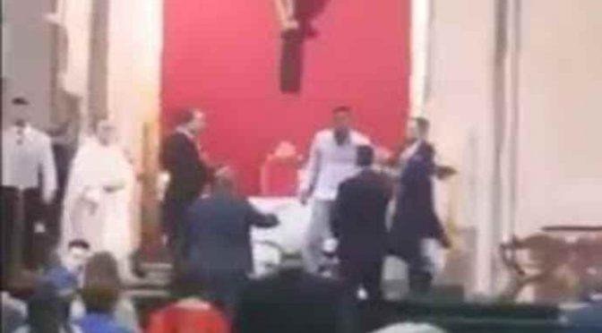 """""""Voi italiani verrete sottomessi"""": islamico irrompe in chiesa"""