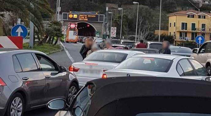 """Autorità chiudono autostrada per """"passaggio migranti"""", ore di coda"""