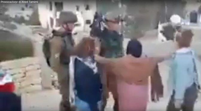 Ragazza palestinese picchia soldato israeliano, che non reagisce – VIDEO