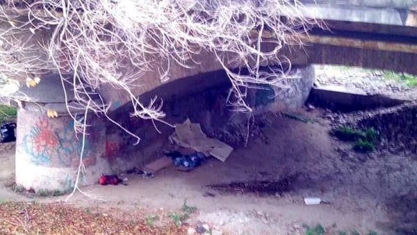 """Sotto questo ponte vive una donna italiana: """"Non ho soldi per affitto"""""""