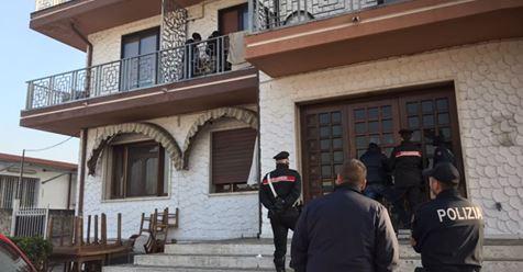 """Profughi si asserragliano in hotel: """"Accoglienza indecente"""" – VIDEO"""