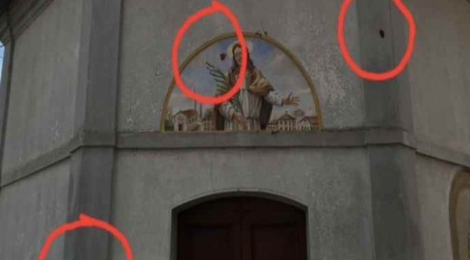 'Ignoti' attaccano chiesa, lanciano escrementi