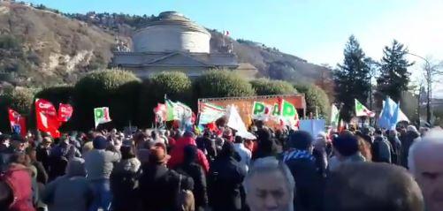 Squadristi rossi mettono le bombe, PD sfila contro chi legge: flop manifestazione a Como