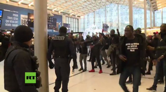 Scontri razziali a Parigi, giovani africani assaltano stazione – VIDEO CHOC