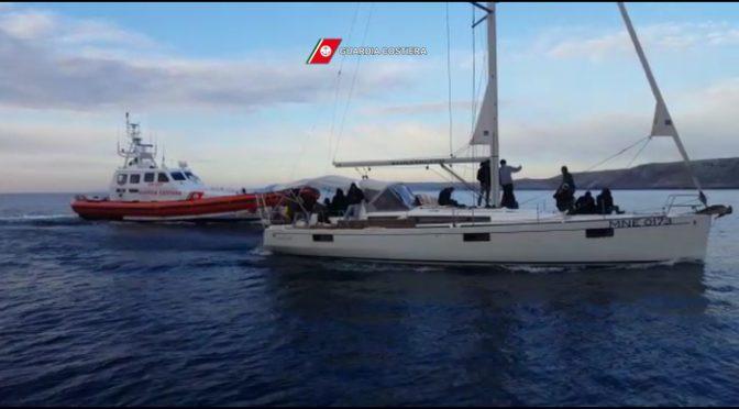 Clandestini: 75 indiani e nepalesi arrivano in barca a vela