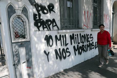 Cile: arriva Bergoglio, 9 chiese incendiate: proteste